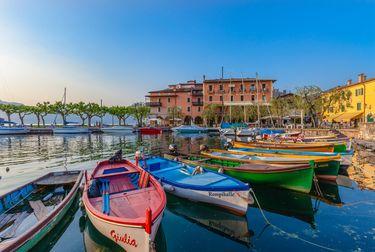 Der Gardasee wird hauptsächlich durch den Fluss Sarca gespeist. Dieser fließt am Nordende bei Torbole in den See. Als Mincio verlässt der Fluss bei Peschiera del Garda den Gardasee und fließt später in den Po.